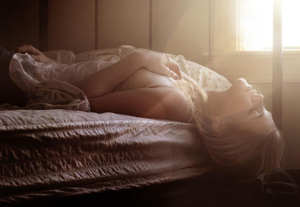 в постели девушка фото